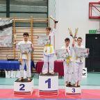 Karatecy z medalami.