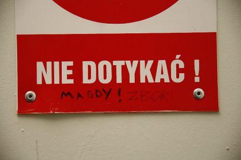 Zdjęcie wykonane 26 czerwca 2013 r - napis na szafce energetycznej przed wejściem do auli LO z Oddziałami Integracyjnymi im. Mieszka I w Świnoujściu.